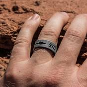 QALO Men's Strata Grey and Black Arrow Silicone Ring product image